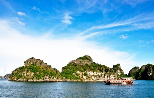 Vẻ đẹp của Hạ Long luôn thu hút du khách khám phá