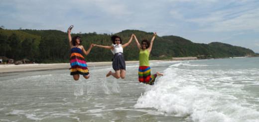 Hình ảnh Khách du lịch vui chơi trên bãi biển Quan Lạn